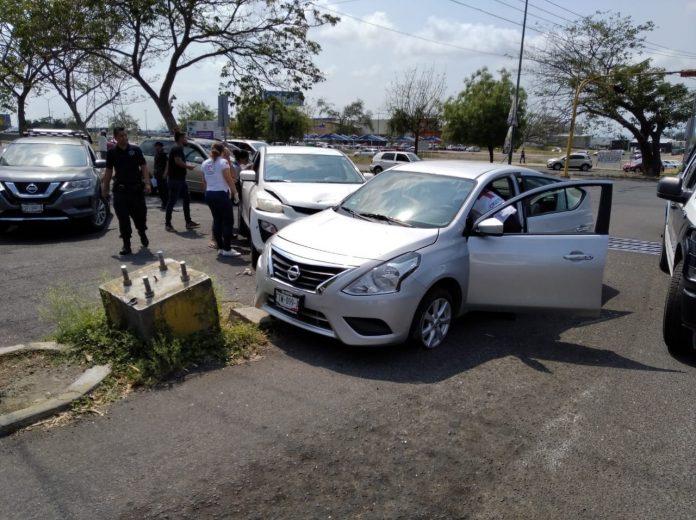choque autos en la vila 696x520 - Mujer lesionada en fuerte accidente a la entrada de la colonia Villa Izcalli