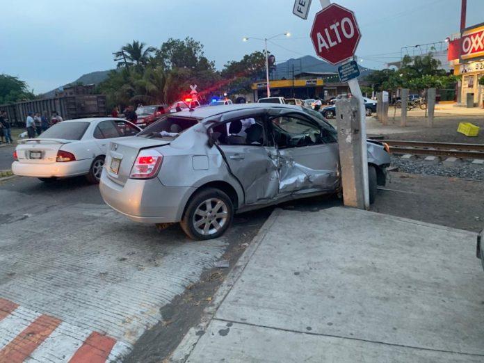 tren arrastra auto 2 696x522 - Tren arrastra auto en el acceso a Armería; un hombre herido - #Noticias