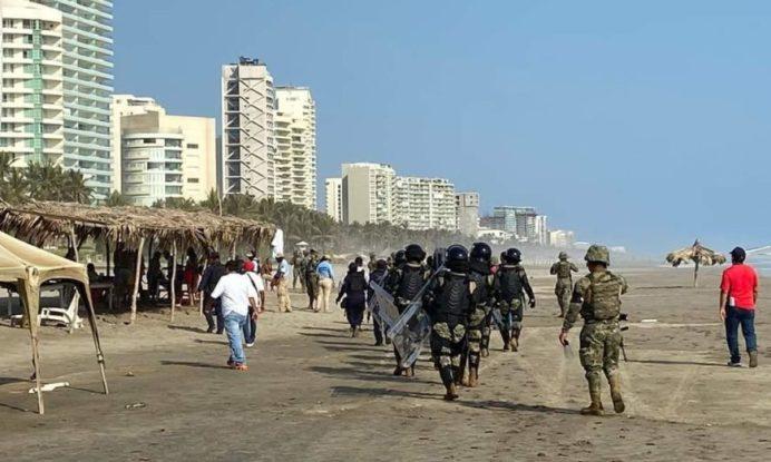 marinos desalojan playas de acapulco