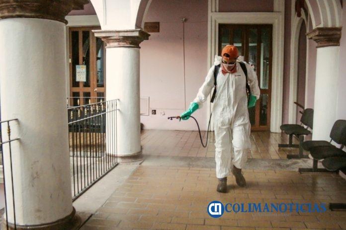 Se sanitizan las oficinas del Ayuntamiento de Colima 696x464 - Se sanitizan las oficinas del Ayuntamiento de Colima