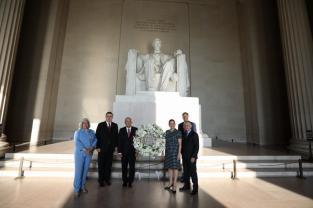 AMLO coloca ofrendas florales en monumentos a Lincoln y Juárez en Washington