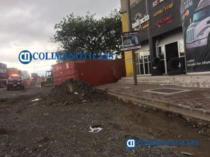 Cae contenedor de la plataforma de un tráiler en la calle Ballena