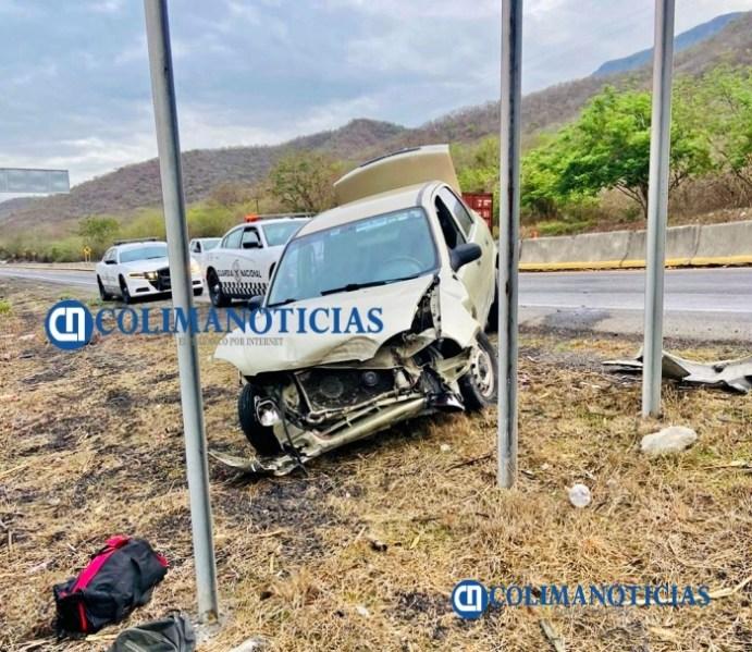 Conductor resulta lesionado al impactarse contra muro de contención en la autopista Colima-Manzanillo.