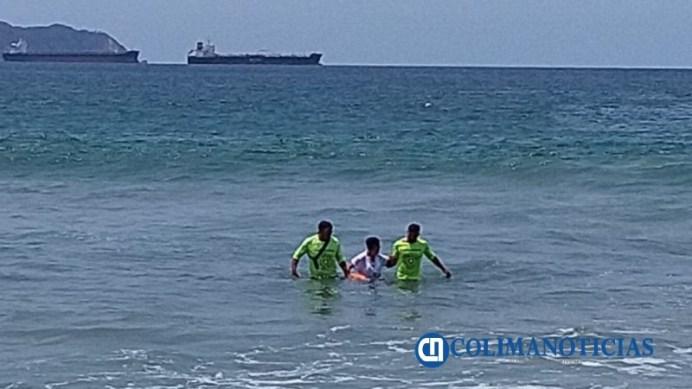 Femenina es rescata en playa de Miramar