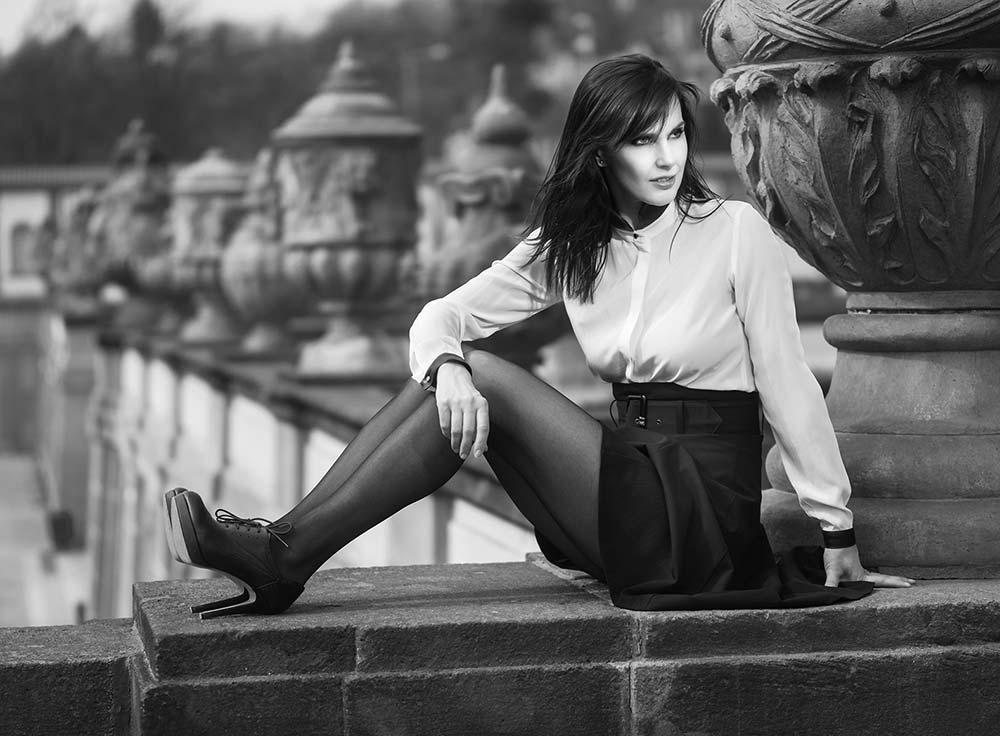 Regina v černých silonkách na terase zámku Trója