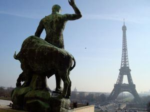 Cafe de l'Homme statue looking at Eiffel Tower