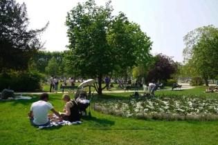 Eiffel Tower - Family picnic Champ de Mars April