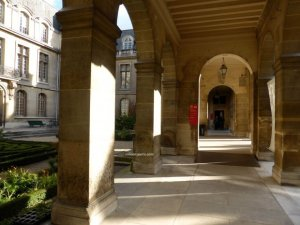 Musée Carnavalet walk way through the garden from new street entrance to coat check, lockers and exhibits