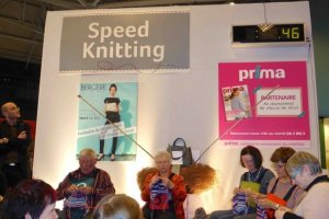 Man and Women on stage during speed knitting Aiguille en Fete