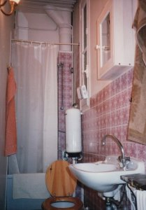 Salle d'eau in apartment from 1995 rue Sedaine, shows shower, toilet and sink