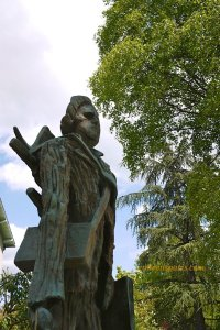 Auvers-sur-Oise statue of VanGogh in park