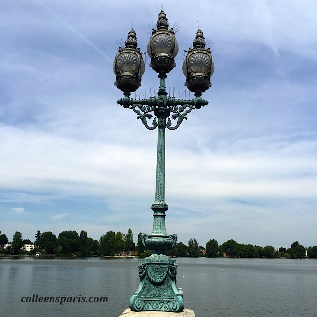 Along the promenade of Lake Enghien