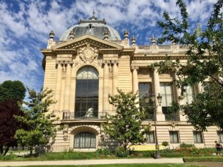 Exterior image of a Petit Palais wing facing Ave Winston Churchill