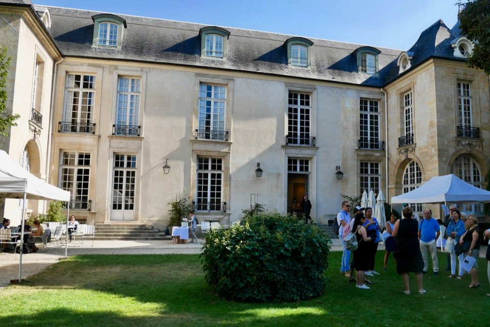 Exterior of the Hôtel de Marle; visitors on a tour