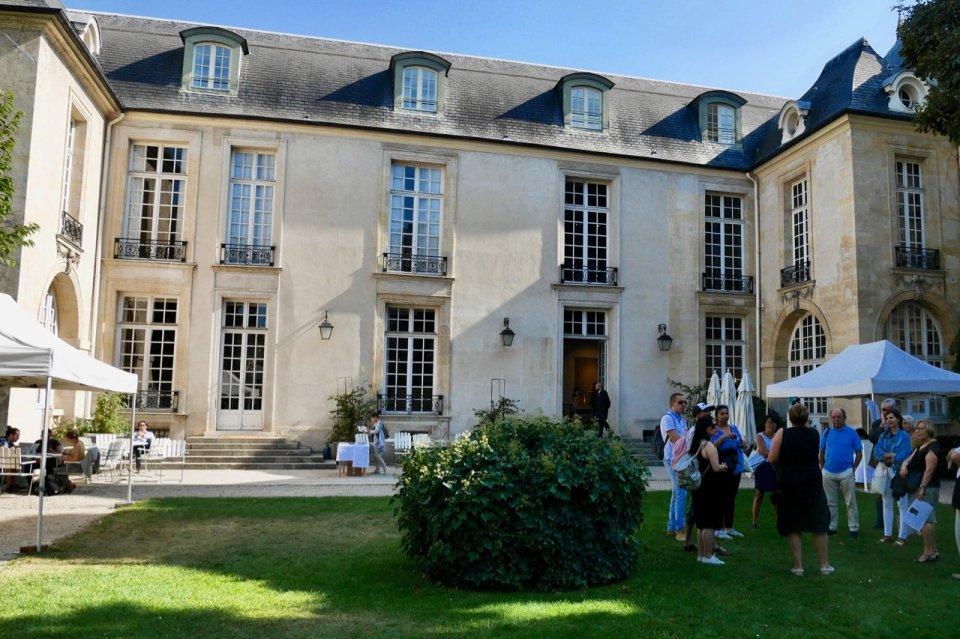 Exterior of the Hôtel de Marle; visitors on a tour