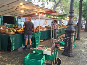 Setting up the organic fruit and vegetables Oberkampf