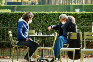 Chess players near l'Orangerie greenhouse at Luxembourg Gardens