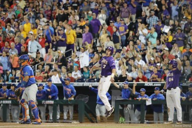 Florida defeats LSU 4-3 in Game 1 of the 2017 World Series Finals.