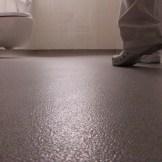 Baño residencia con pavimento vinílico (PVC) antideslizante