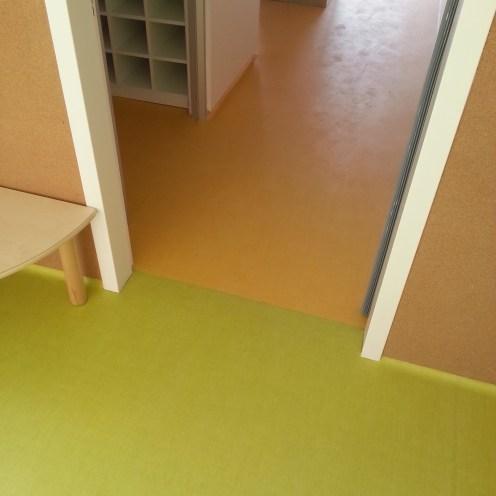 Escuela con pavimento vinílico (PVC) con junta de soldadura