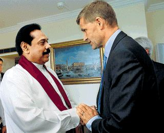 President Mahinda Rajapaksa meets Norwegian International Development Minister and former special peace envoy Eric Solheim in Geneva Pic by Sudath Silva