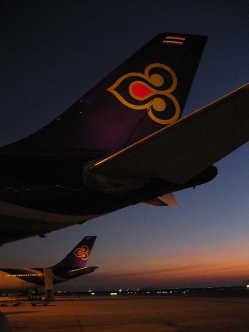 La flotte de Thai airways au soleil couchant