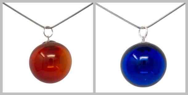 Halskette mit mundgeblasenen Hohlperlen in rot bzw. dunkelblau