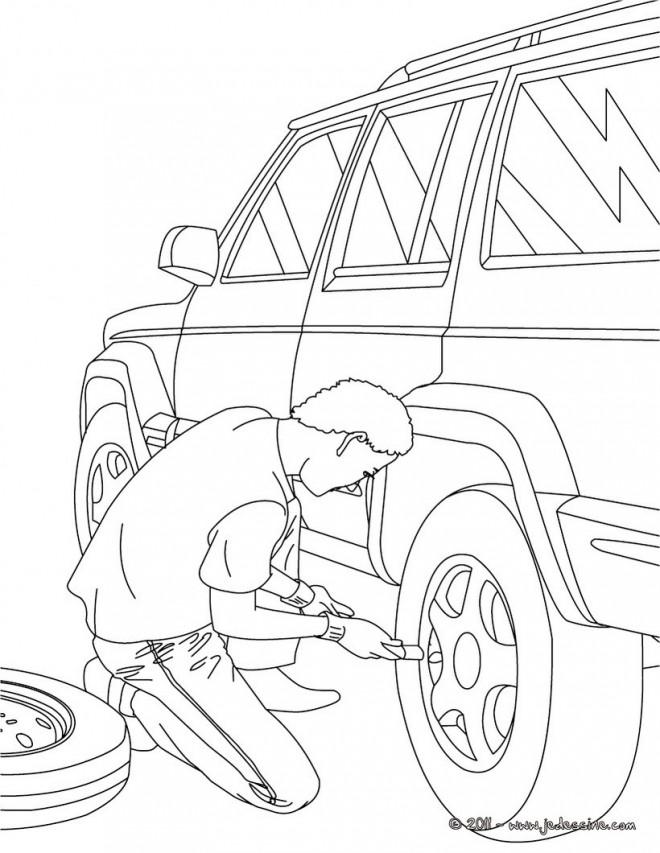Coloriage Mécanicien change la roue d'une voiture