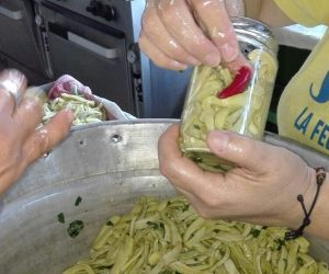 La ricetta delle zucchine sottolio - messa in vaso delle zucchine