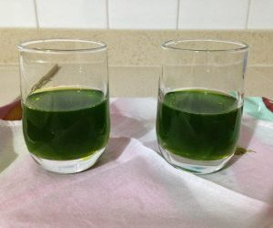 Liquore di alloro nei bicchieri