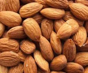 Alimenti che contengono calcio: mandorle secche