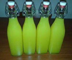 Bottiglie di limoncello fatto in casa