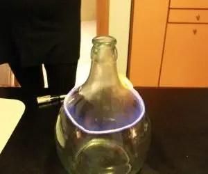 Filo infuocato intorno al vaso di vetro per la composizione di piante grasse