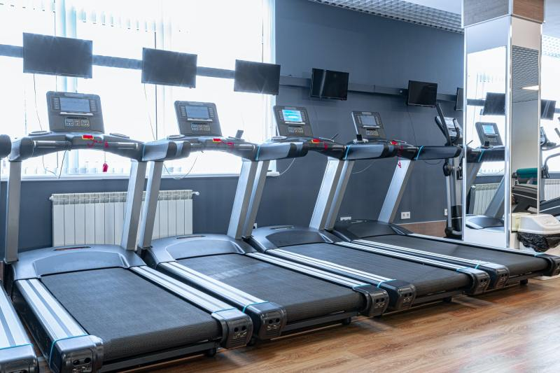 Sports apparatus for cardio training in a gym
