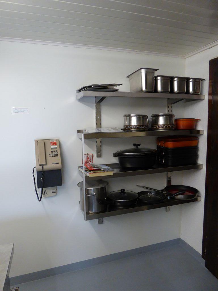 Cuisine - téléphone public et casserolles