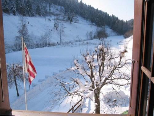 Der Teich mit einem Schneemantel