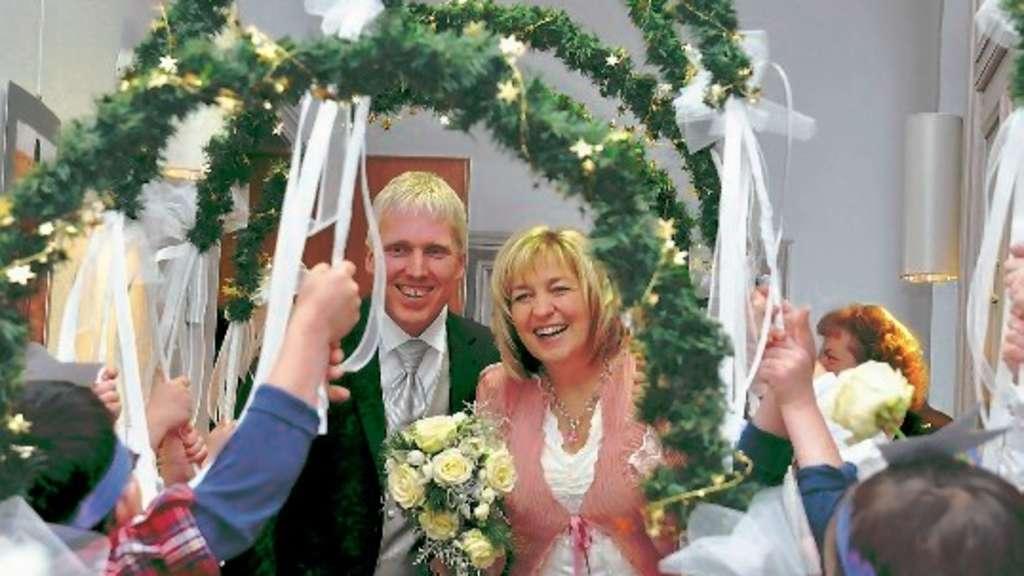 Hochzeit von Jan und Marion Wehner Spalier der DRKKindergartenKinder vom Mathagen vor dem
