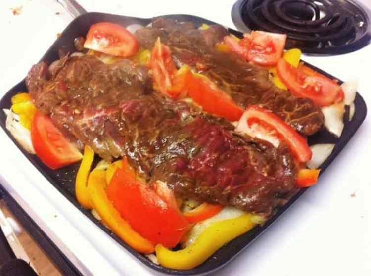 filetes de carne cocinandose
