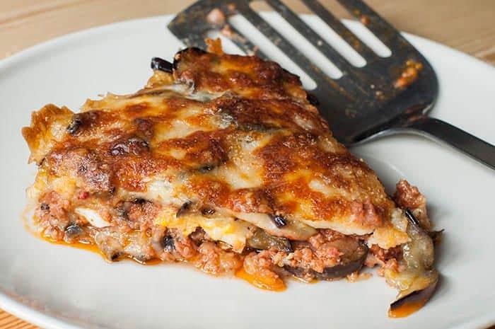plato con lasaña de berenjenas