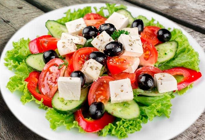 Receta de ensalada griega con queso feta - Comedera - Recetas, tips y  consejos para comer mejor.
