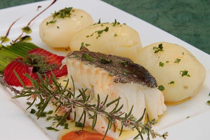 plato con bacalao al horno y patatas