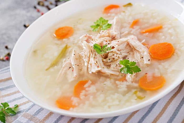 plato con sopa de arroz casera