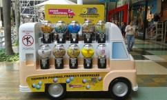 Lateral del bus con poemas en máquinas dispensadoras