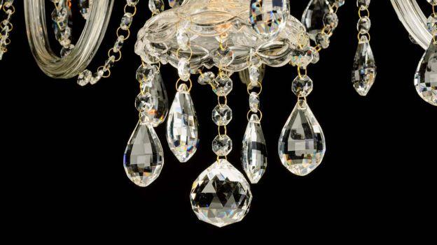 Tipici di un arredamento classico e di lusso, i lampadari a goccia necessitano di una pulizia minuziosa per farli risplendere in tutta la loro bellezza. Come Pulire Un Lampadario Antico A Gocce O Cristalli Pendenti