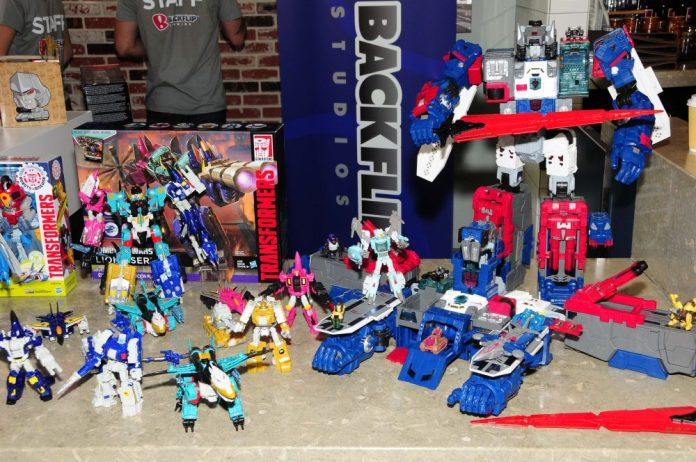 Transformers: Liokaiser (Left) and Titan Class Fortress Maximus (Right)