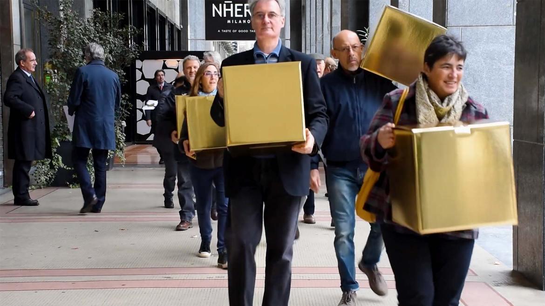 Impiegati con scatole d'oro