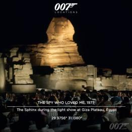 """Le Sphynx lors du spectacle Son et Lumières sur le plateau de Gizé en Égypte. La réalisation avait réservé l'auditorium à l'occasion de ce spectacle, mais tout ne se passa pas comme prévu : comme le raconte Lexis Gilbert : """"Nous sommes arrivés au spectacle son et lumière pour découvrir qu'il y avait là une foule immense ayant payé pour voir le show, mais qui ne voulait pas être dérangée par le tournage d'un James Bond. Nous avons du attendre jusqu'à 11heures du soir avant de pouvoir commencer à tourner."""