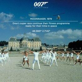 """La """"race supérieure"""" de Drax poursuit son programme de fitness en prévision de son voyage dans l'espace. Dans le film, Drax (Michael Lonsdale) a fait construire ce chateau brique par brique depuis la France jusque dans le désert californien. Mais l'équipe du film a tout simplement filmé cette scène à Vaux-le-Vicomte, à 80km de Paris. Contruit par Nicolas Fouquet, il s'agit d'un Petit-Versailles avec ses chemins dans le parc, ses statues de marbres et ces gravures datant du XVIIe siècle."""