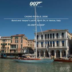 Le Yacht de Bond et Vesper Spirit 54 à Venise en Italie. Une permission spéciale a été accordée au yacht pour naviguer sur le Grand Canal entre le Pont de l'Accademia et le Pont du Rialto : c'est la première fois qu'un yacht de cette taille navigue sur le grand canal depuis des centaines d'années. Bond conduit l'embarcation devant le luxueux Cipriani Hotel de Guidecca.