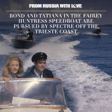 Le hors-bord de Bond et tatiana est porusuivi par le Spectre au large de la côte de Trieste